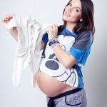 фотосессия беременной с детскими вещами